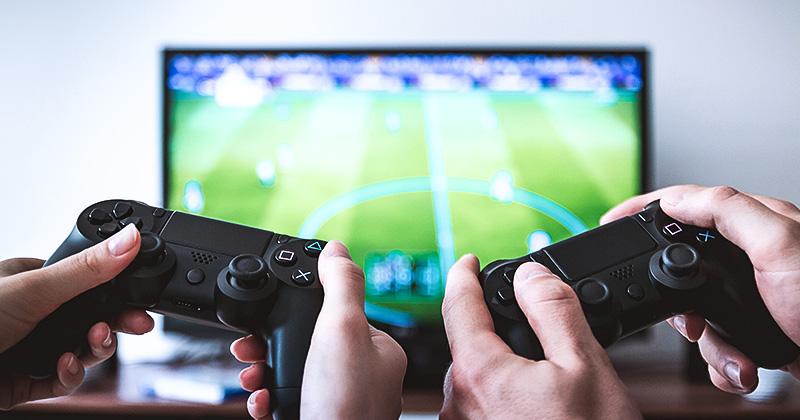 Spielecontroller vor Bildschirm mit Videospiel