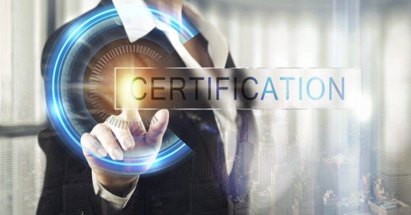 Person mit Schriftzug Certification